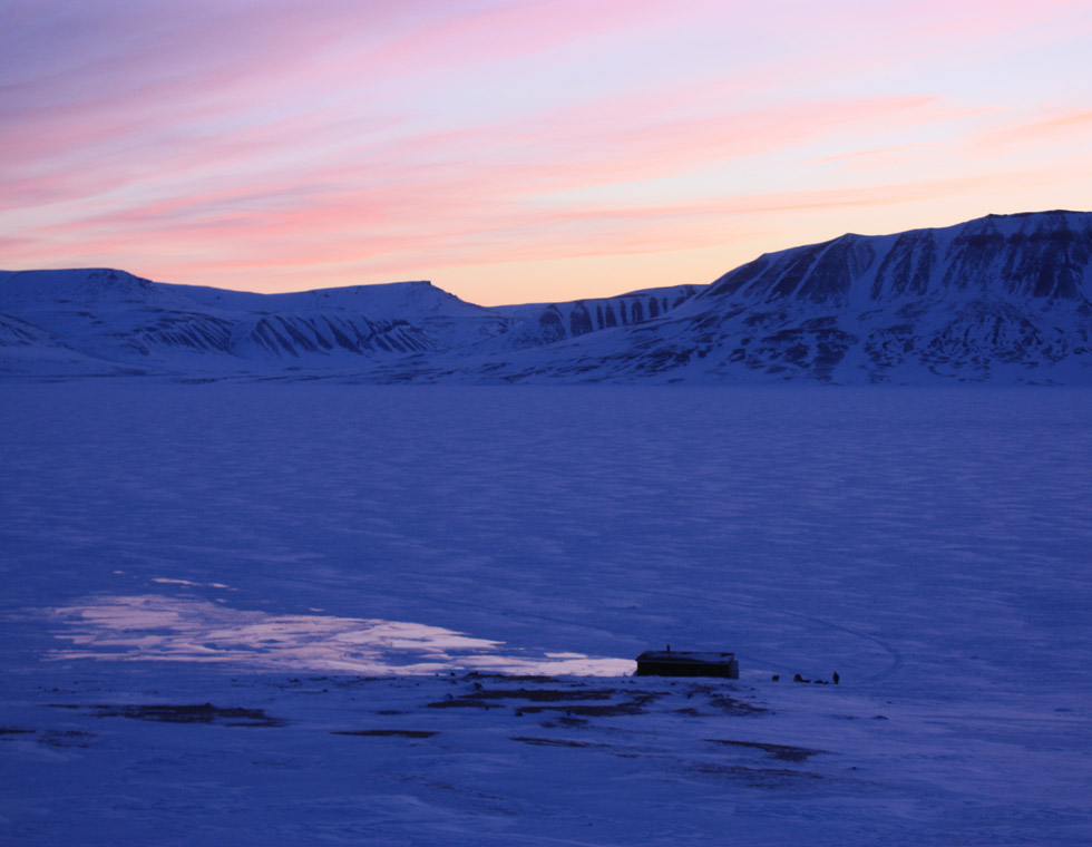 Thomas-Bauer-Groenland-Jagdhuette-nachts-960